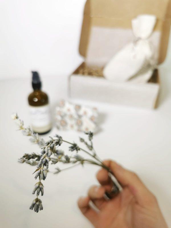 lavanda del aceite corporal relaxan y compresa de tela